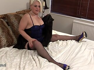 Old blonde mature mom fucking a dildo