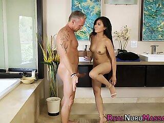Asian masseuse gets wam